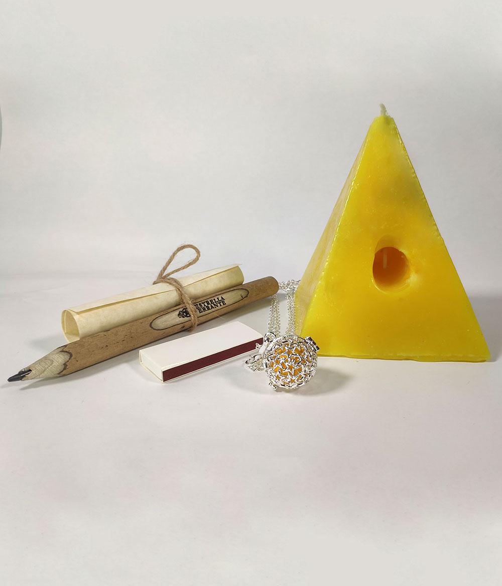 Vela Pirámide amarilla de los deseos